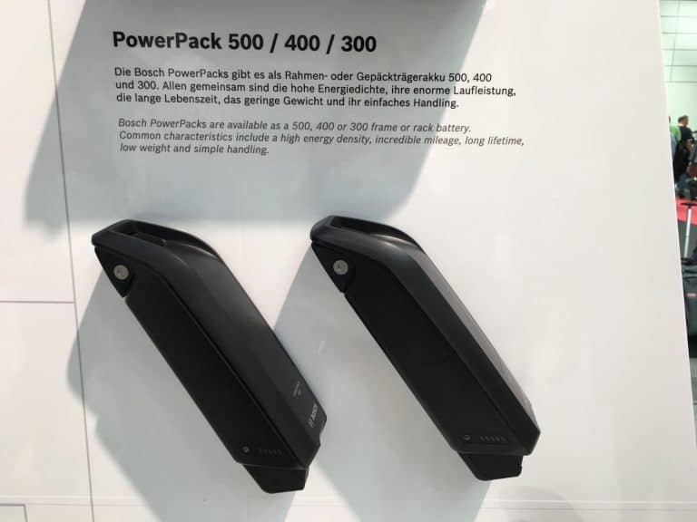 Espositore stand in fiera con due batterie Bosch powerPack di colore nero.