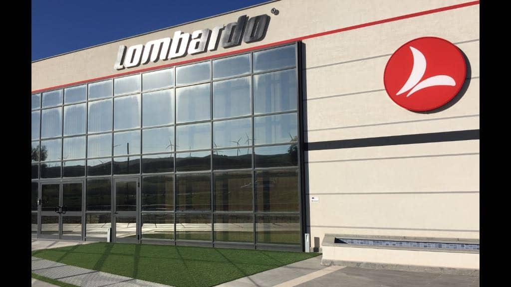 Vista della facciata principale del nuovo stabilimento Lombardo e-bike. Nel vetro riflesse le pale eoliche per la produzione di energia pulita.
