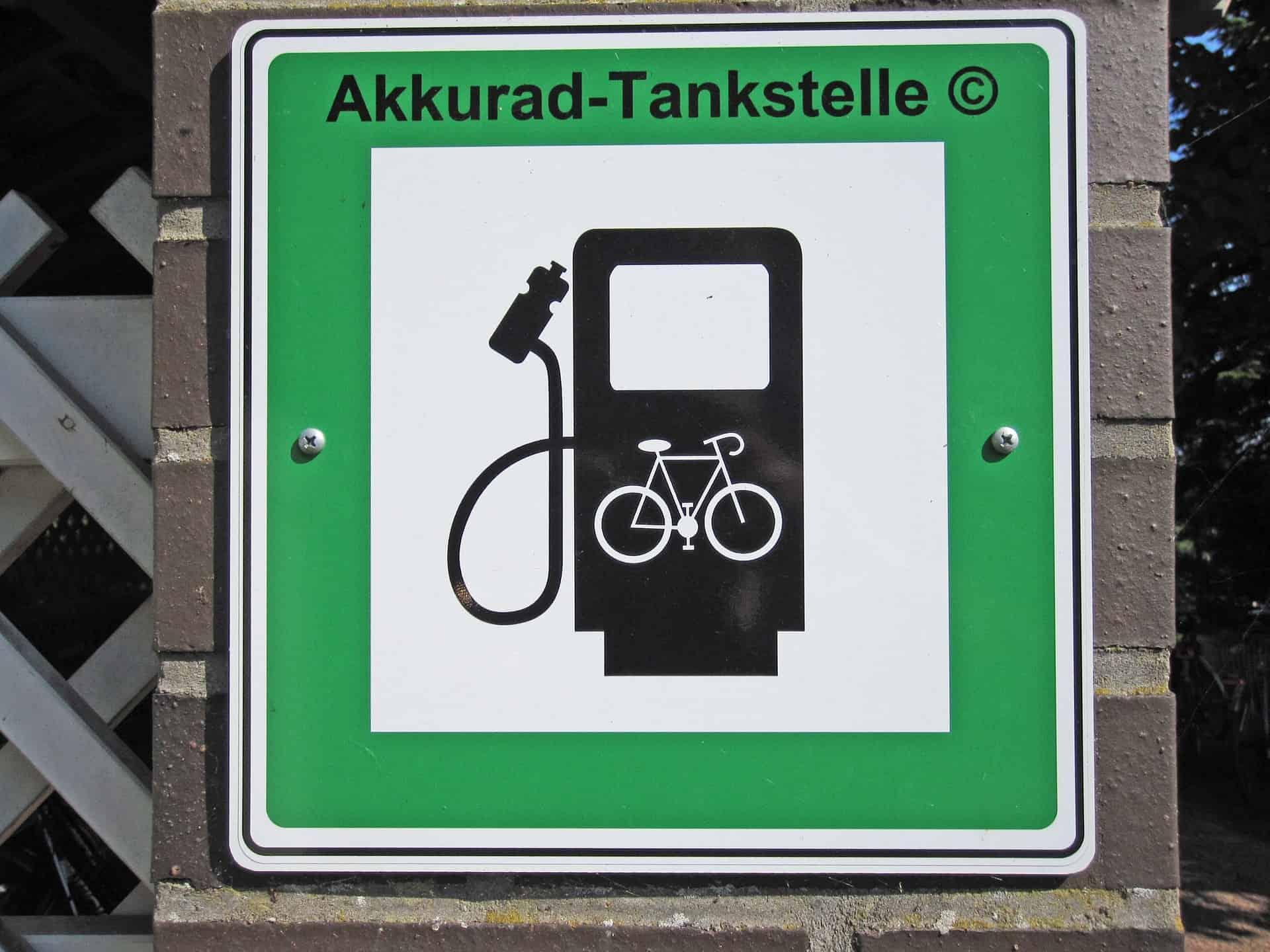 Cartello indicante la stazione di ricarica specifica per e-Bike. Cartello Tedesco.