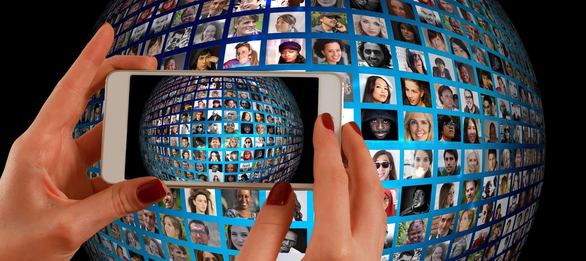 Smartphone con schermata sui molti social presenti sul web nel 2018.