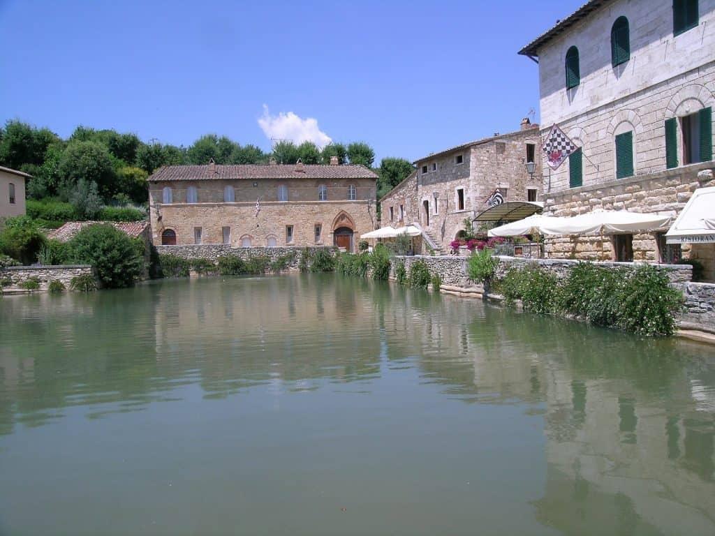 Visuale della vasca termale di Bagno Vignoni.